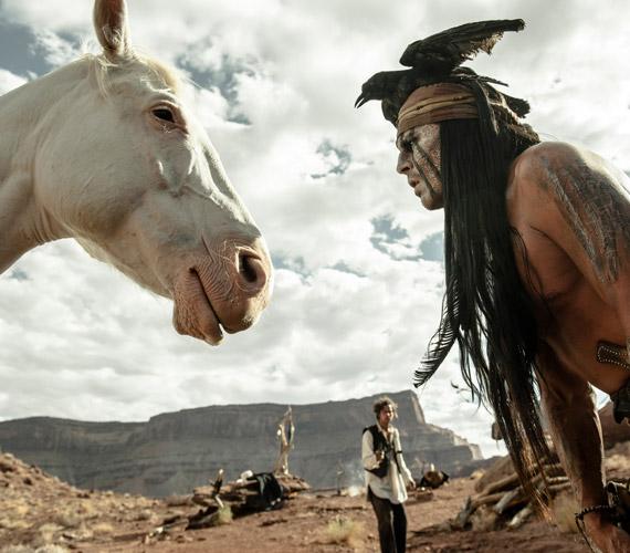 Johnny Depp örök életére le is bénulhatott volna A magányos lovas forgatása alatt, amikor az egyik lovaglós jelenetben váratlanul kioldódott a nyerge, majd Scout nevű lova 23 méteren keresztül húzta maga után.                         - A lovam, Scout egyszer csak úgy döntött, hogy átmegy műugratóba. Én meg úgy kapaszkodtam a szerencsétlen sörényébe, mint egy idióta, próbáltam visszamászni, de hamar eljön ilyenkor az a pont, amikor az embernek döntenie kell: elengedi a lovat, és jól pofára esik, vagy vár tovább, amíg a ló megunja, és megtapossa egy kicsit. Én inkább elengedtem, és még meg sem rugdosott - nyilatkozta Depp az esetről.