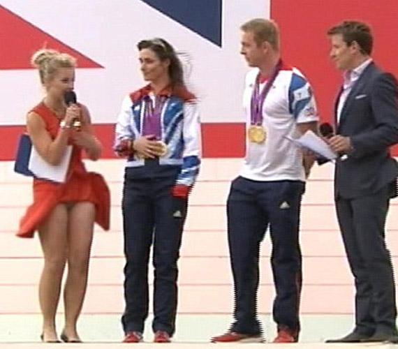 Helen Skelton szoknyáját élő adásban lebbentette fel a szél, amikor két olimpikonnal beszélgetett.