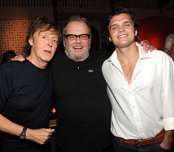 Gyakran jelennek meg együtt különböző eseményeken, így történhetett, hogy van közös fotójuk a Beatles frontemberével, Paul McCartney-val. Ezt a mosolyt pedig ezerből is fel lehet ismerni.