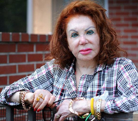 Jackie Stallone arca inkább megrajzolt, mint kisminkelt, sokak szerint inkább egy rajzfilmfigurára hasonlít, mint egy koros nőre.