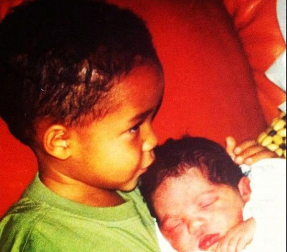 A hiányozhatatlan fotó: a most már 14 éves Jaden Smith tartja karjaiban húgát.