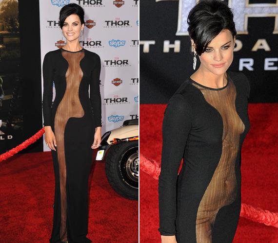 A 29 éves színésznő túlságosan is merész ruhát választott a premierre.