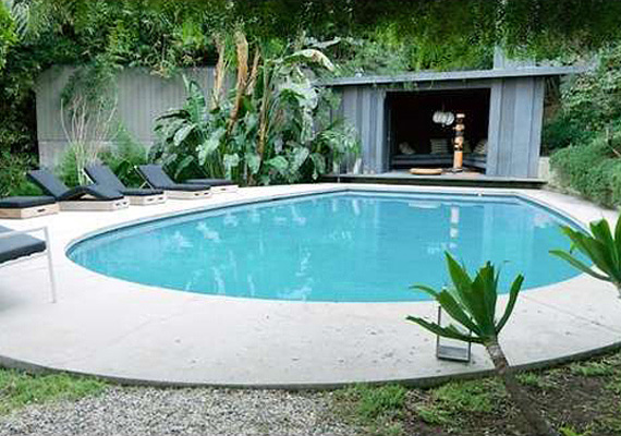 A csepp alakú medencében jólesik pancsolni egy nehéz nap után.