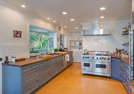 A konyha felszereltsége első osztályú, az ablakból pedig rálátni a buja természetre.