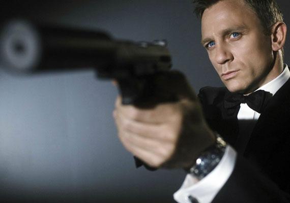 A 47 éves Daniel Craig a jelenlegi angol titkosügynök, aki Pierce Brosnant követte, ám személyisége megosztotta a nézőket és a kritikusokat. Sokan unalmasnak találták, ám a film premierje után pozitív kritikákat kapott. Legfrissebb filmje az idén bemutatott 007 Spectre - A Fantom visszatér című filmje.