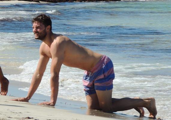 Jamie Dornan pucsítós fotója futótűzként terjed a külföldi oldalakon.