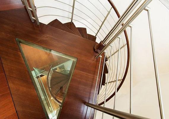 A csigalépcső is gyakran felbukkant a műsorban, a sztárszakács nem egyszer csúszott le a korlátján a földszintre.