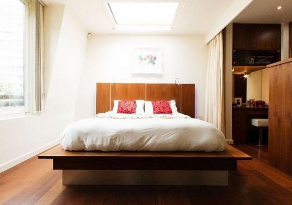 Az egyik hálószoba tetőablakán napkeltétől napnyugtáig bejut a természetes fény, éjjel pedig a csillagokat lehet bámulni az ágyból.