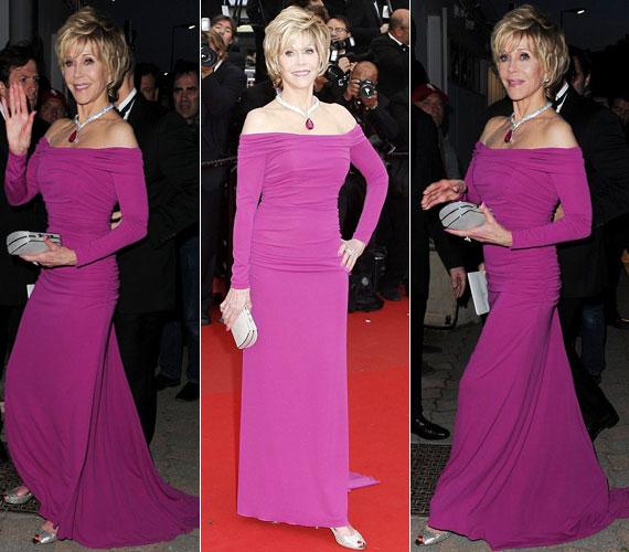 A málnaszínű Badgley Mischka ruhában Jane Fonda a koránál jó pár évtizeddel fiatalabbnak tűnt, csak a ráncai árulták el, melyeket - másokkal ellentétben - büszkén visel.