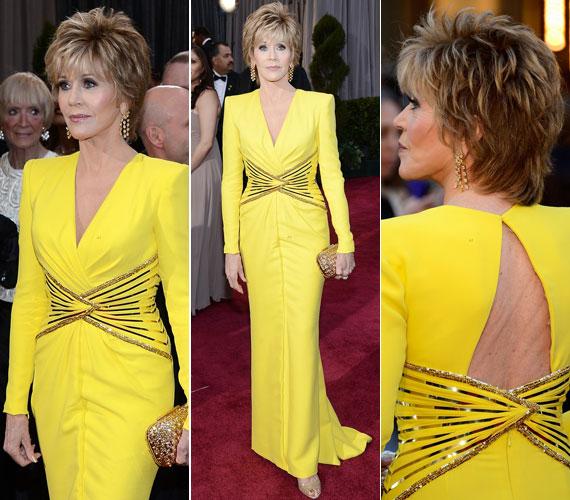 Februárban az Oscar-gálán ugyancsak a Versace mellett tette le a voksát: akkor egy élénksárga, elöl-hátul kivágott darabot választott.