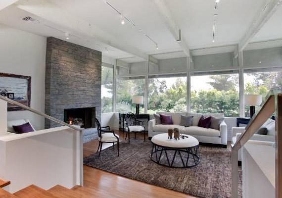 A ház egyébként ökoház, napenergiával fűtik a vizet, termo ablakok vannak, és a kandalló is bioetanollal üzemel.
