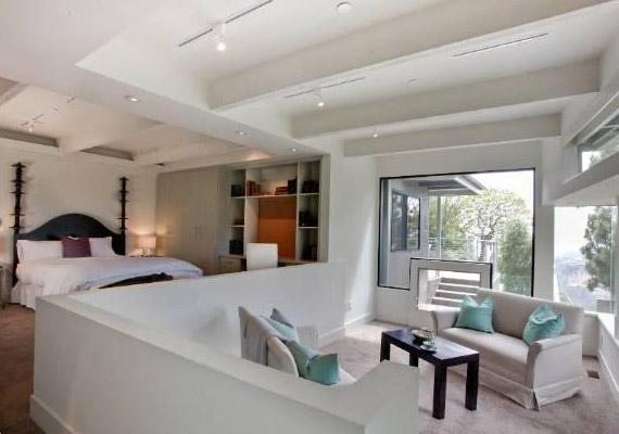 A házban négy hálószoba és hat fürdőszoba található.