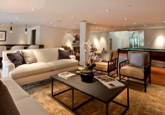 Egy játszószoba is helyet kapott a hatalmas házban, amelyben biliárdasztal is van, valamint egy hatalmas kivetítő.