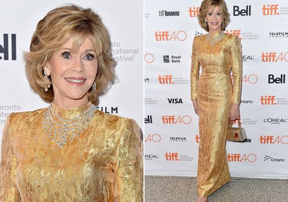 """A torontói filmfesztiválon ezt az arany szettet viselte a színésznő. """"Ebben a ruhában igazi királynőnek éreztem magam!"""" - nyilatkozta a US magazinnak."""