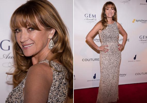 Idén a GEM-díjátadón ebben a gyönyörű flitteres ruhában fotózták le a színésznőt. 64 évesen is igazi szépség.