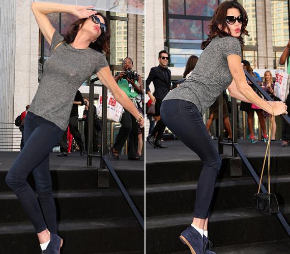 Az egykori szupermodell persze nem tudja meghazudtolni magát és a lépcsőn pózolt a fotósoknak.