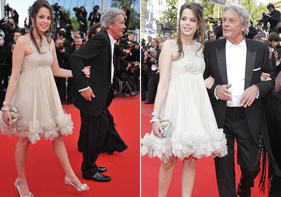 Alain Delon is ősz fejjel lett ismét apuka - lánya, Anouchka Delon idén töltötte be 25. életévét. Nem csoda, hogy Cannes-ba is ő kísérte el a híres papáját, látszik, hogy a színész milyen büszke gyönyörű lányára.