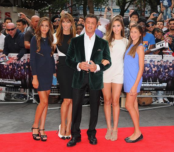 Sylvester Stallone ötgyermekes apa, 1997-ben vette el Jennifer Flavin modellt, tőle született három lánya: Sophie, Sistine és Scarlet.