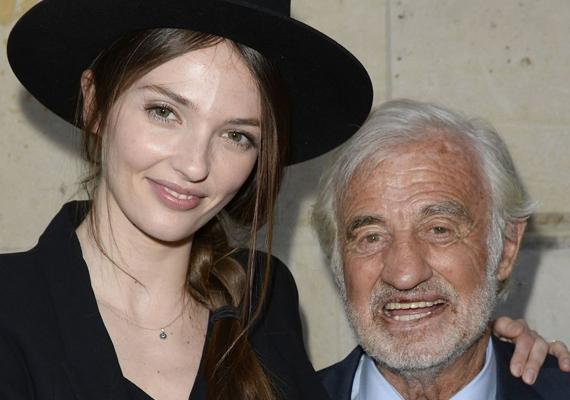 Egy idén készült fotón pedig nagypapájával, Jean-Paul Belmondóval láthatjuk. A kép a Belmondo-múzeum megnyitásának apropóján készült.