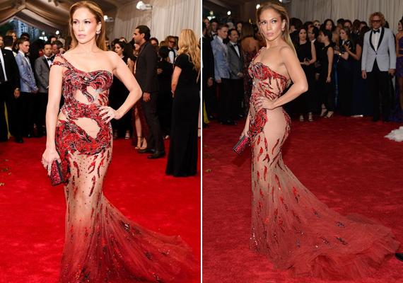 A tavalyi Met-gálára ebben a Versace által tervezett ruhában érkezett, ami egy sárkányt ábrázolt, ahogy körbetekeredik a testén.