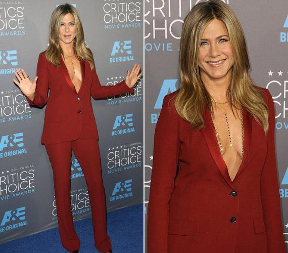 Jennifer Aniston egy egyszerű vörös nadrágkosztümöt választott, mely alá nem vett fel melltartót.
