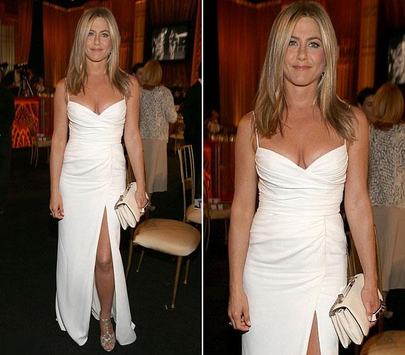 A 43 éves színésznő nagyon dögös volt sokat sejtető, fehér Burberry ruhájában.