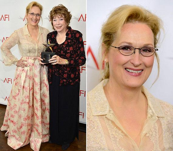 Meryl Streep, aki az életműdíjjal kitüntetett Shirley MacLaine-nel is pózolt a fotósoknak, hatvan felett is gyönyörű.