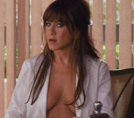 Jennifer Aniston 42 évesen bevállalósabb, mint bármikor valaha - ennek a dekoltázsnak pedig elég nehéz lehetett ellenállni.