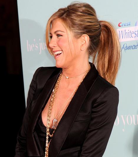 Dögös, csajos lófarok  Bár Jennifer Anistont ritkán látni felkötött hajjal, remekül áll neki ez a fiatalos lófarok: persze a fodrász ügyelt arra, hogy a csomó ne legyen túl szigorú, némi rakoncátlan tincs pedig üdévé varázsolta a megjelenését.  Kapcsolódó címke: Jennifer Aniston »