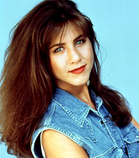 Hosszú, barna haj  Jennifer Anistonról 1993-ban készült ez a fotó, melyen egyértelműen látszik, hogy a görög származású színésznőnek eredetileg sötétbarna a haja.  Kapcsolódó sztárlexikon: Ilyen volt, ilyen lett: Jennifer Aniston »