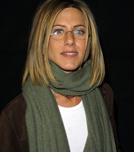 A'la Barbra Streisand  A frizura ugyanolyan hosszú, mint a Rachel-hajnál, ám itt a harmincas éveiben járó színésznő leginkább a kényelemre szavazott: a nyaka köré tekert sállal és a kerek lencséjű szemüveggel szakasztott Barbra Streisandnak nézett ki - ráadásul jóval idősebbnek valódi koránál.