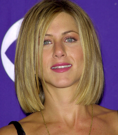 Szőkén-seszínűen  Mennyire más így, még egy árnyalattal szőkébbre festve - és szemüveg helyett kontaktlencsével. Bár igaz, ami igaz, a bőrszínéhez hasonló tónusú tincsek kicsit színtelenné teszik a sztár arcát, és ezen még a csillámló szemfesték és a pink szájrúzs sem segít.  Kapcsolódó cikk: Eltitkolt fotó! Jennifer Aniston nem volt mindig irigyelésre méltó bombázó »