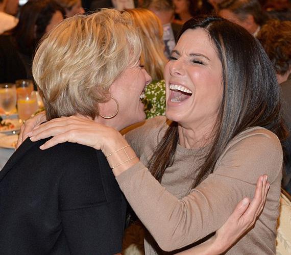 Emma Thompson és Sandra Bullock az AFI átadón nevetgélt együtt.