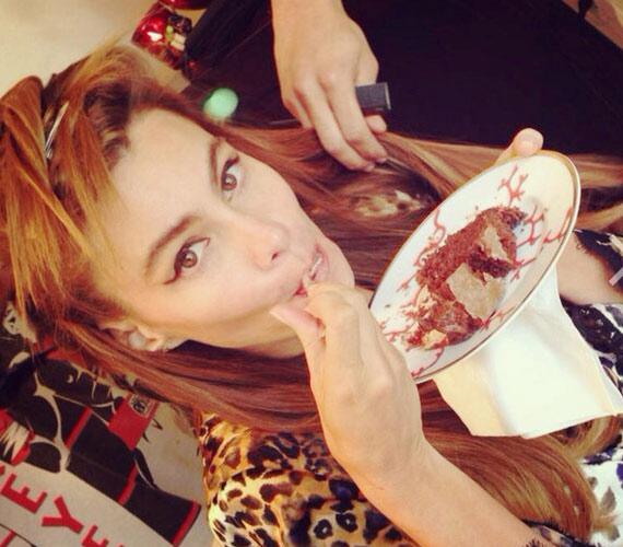 Sofia Vergarát bizonyára sok színésznő irigyli, ugyanis tortát falt készülődés közben.