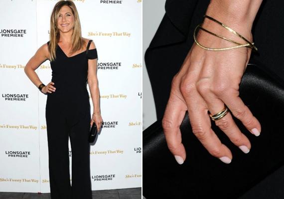 Ennyire még sohasem várta senki, hogy Jennifer Aniston integetni kezdjen a vörös szőnyegen. Habár nagyon csinos volt fekete együttesében, mindenki a kezét figyelte.
