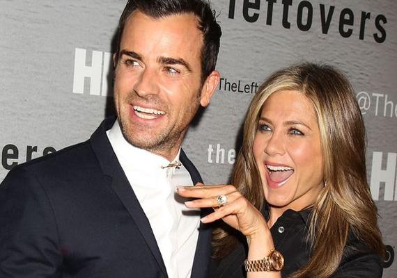 Jennifer itt még csak az eljegyzési gyűrűjét villogtatja. Azóta már Mrs. Theroux lett belőle hivatalosan is.
