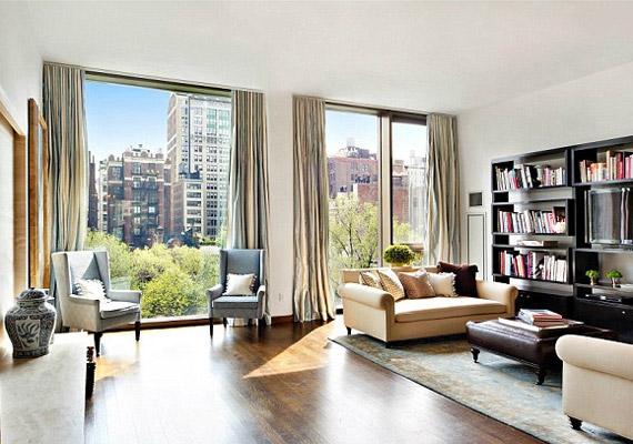 A hatalmas üvegablakoknak köszönhetően igazi napfényes otthont tudhat magáénak a színésznő.
