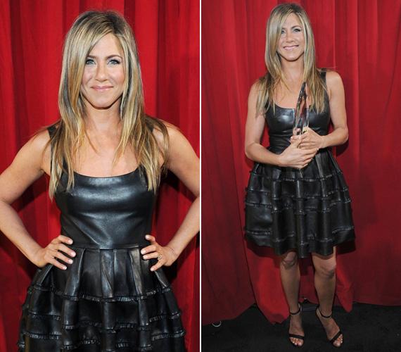 Jennifer Aniston a bőr Dior ruhához egy fekete Tom Ford cipőt húzott.