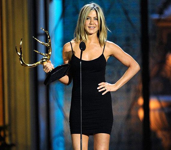 Jennifer Aniston ragyogóbban nézett ki, mint más, feleannyi idős nők - nem véletlenül tarthatta kezében a trófeát.