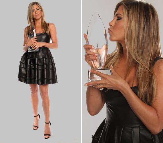 A 39. People's Choice Awards-on Jennifer Aniston is a díjazottak között volt. Bőr szoknyája mindenki számára emlékezetes volt.