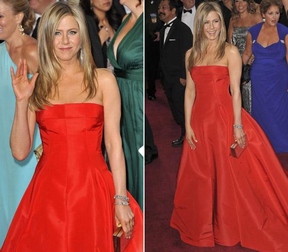 Az Oscar-gálán piros, földig érő költeményben jelent meg. Csodálatosan mutatott.