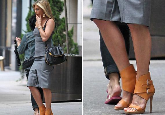 Bár a Förtelmes főnökök sajtótájékoztatójára a lábát félig takaró magas sarkút választott, azért a tetkó így is kilógott a dizájner cipőből.