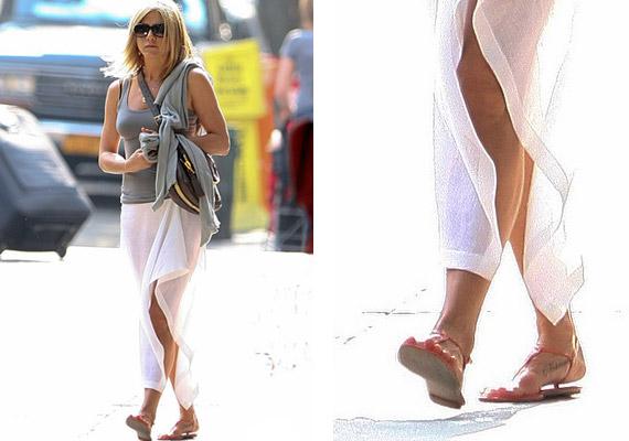A Norman-tetoválás Aniston jobb lábfejének belső felén fedezhető fel - a kép pénteken készült New Yorkban.