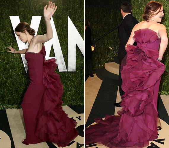 Jennifer Garner a Vanity Fair rendezvényére tartva a lila Gucci estélyi uszályában botlott meg, és csak kevésen múlt, hogy nem esett el.