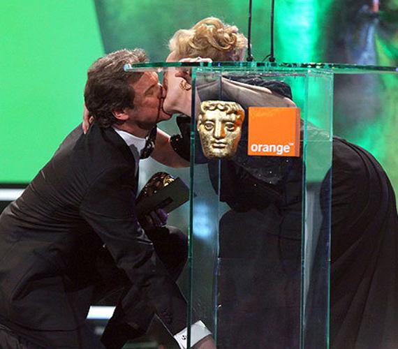 A 63 éves színésznő a közönség meglepetésére egy váratlan csókkal jutalmazta a gáláns tettért angol kollégáját.