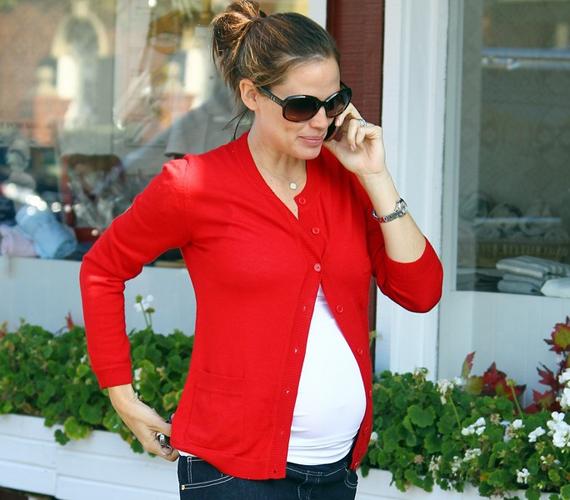 A 39 éves Jennifer Garner augusztus végén erősítette meg terhessége hírét. A kismama nagy pocakkal sem mond le a csinos ruhákról.