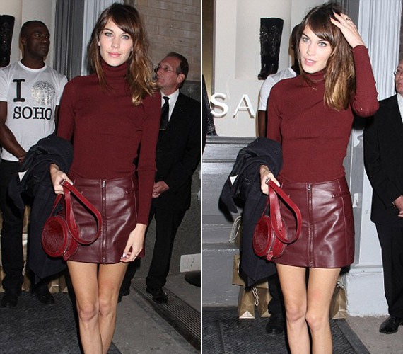 A tévébemondó és modell Alexa Chung bordó bőrszoknyájához egy hasonló színű kötött garbót húzott.