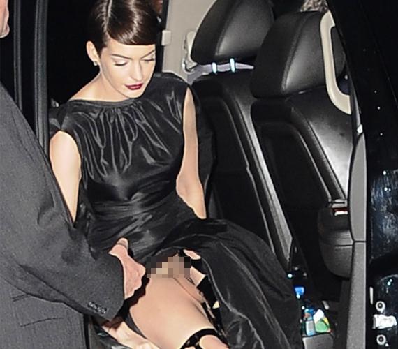 Anne Hathaway A nyomorultak New York-i premierjére érkezett fehérnemű nélkül, amit az autóból kiszállva meg is mutatott a fotósoknak.