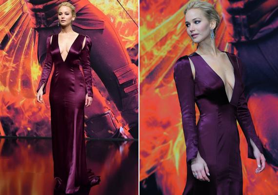 A hosszú ujjú estélyi ruha sokat mutatott a színésznőből, a dekoltázsa majdnem a köldökéig ért.