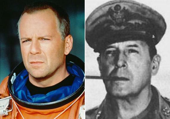 Bruce Willis ésDouglas MacArthur tábornok, aki mindkét világháborúban szolgált.